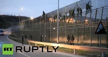 Nuovo assalto a Melilla: migliaia africani mettono sotto assedio città spagnola – VIDEO