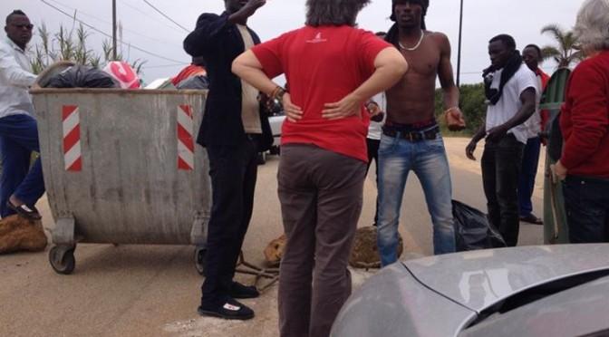 Salerno: 'profughi' bloccano strada, vogliono l'aumento
