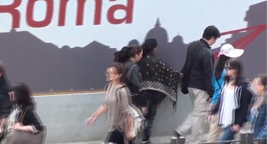 Roma: turisti scippati da zingare in diretta – VIDEO