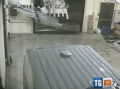 Assalto in stile militare al caveau con ruspa: il VIDEO SHOCK