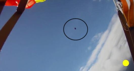 Si lancia da aereo, sfiorato da meteorite – VIDEO