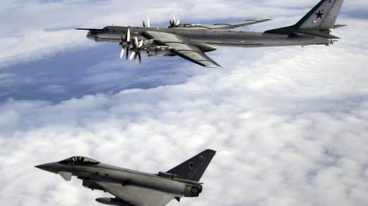 Bombardiere russo in 'gita' in GB – VIDEO