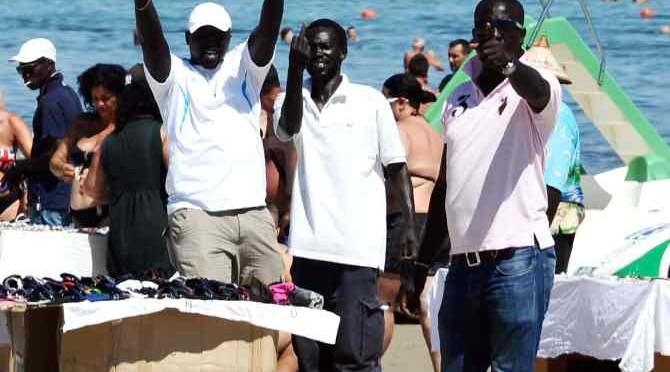 'Profughi' ospiti in hotel e la mattina venditori abusivi sulle spiagge della riviera
