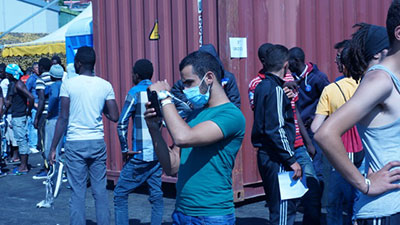 Sbarco_migranti_smartphone_3