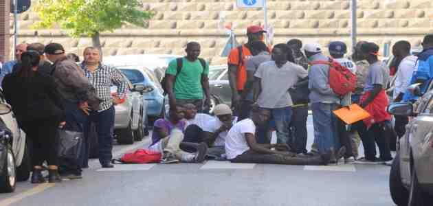'Profughi' occupano strada: non vogliono lasciare le 'cure' della signora Wilma…