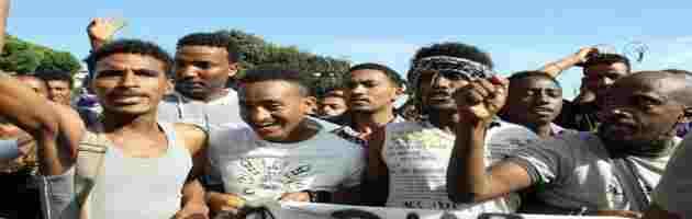 Bloccano strada con massi: vogliono aumento stipendio da 'profughi'