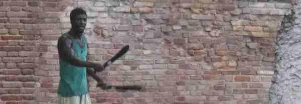 'Li guarda male': assalito a colpi di machete – VIDEO