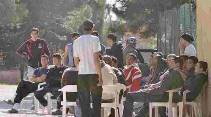 'Profughi' vogliono abiti nuovi e 'biglietti gratis': immediata consegna!