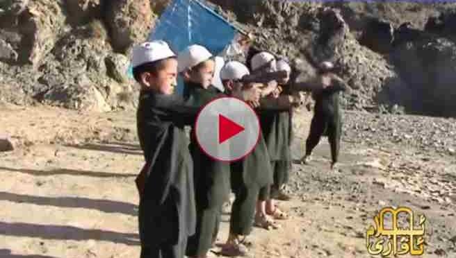 Bambini islamici si addestrano ad uccidere 'prima di salire sui barconi' – VIDEO