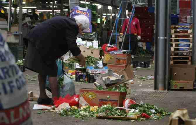 """Sindaco Rovigo: """"Mia madre vive con 600 euro, e i nostri pensionati rovistano nei rifiuti: altro che Ius Soli"""""""