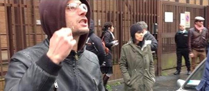Salvini visita palazzina occupata da spacciatori, i clienti protestano – VIDEO