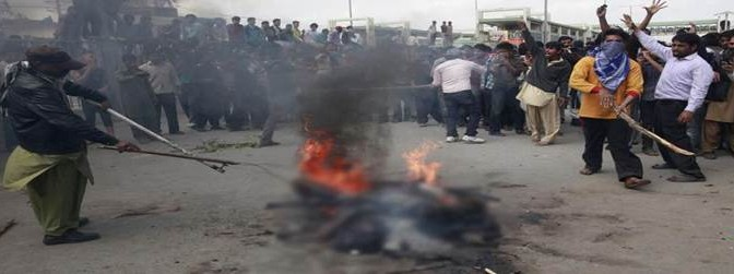 Folla cristiana lincia e brucia 2 islamici dopo rogo chiese – VIDEO CHOC