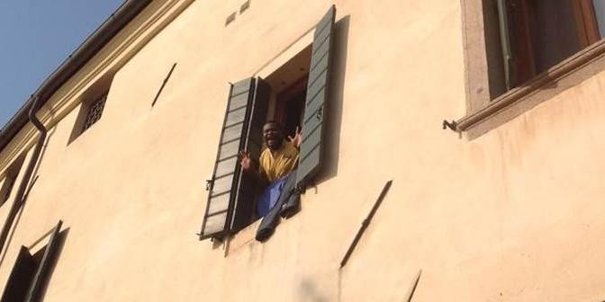 """'Profughi' in hotel di lusso molestano clienti, cittadini: """"Sputano dalle finestre"""""""