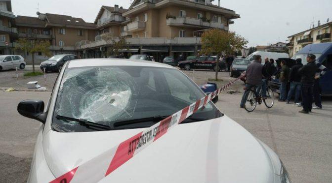 Profugo con sbarra di ferro distrugge 16 auto e 5 vetrine, devastazione – FOTO
