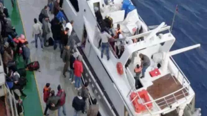 Crotone: raccattato yacht lussuoso con 148 clandestini