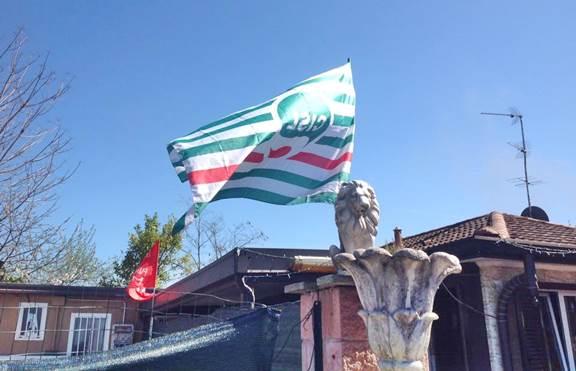 Su villetta abusiva dei Rom sventolano bandiere sindacati – FOTO