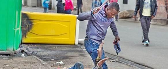 Africani massacrano di botte bianco – VIDEO