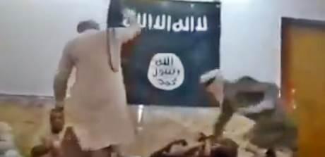 CINGHIATE E PESTAGGI: ECCO COME ISIS TRATTA PRIGIONIERI – VIDEO CHOC