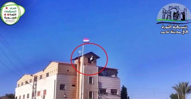 CHOC: ISIS ISSA BANDIERA SU PALMIRA – IL VIDEO