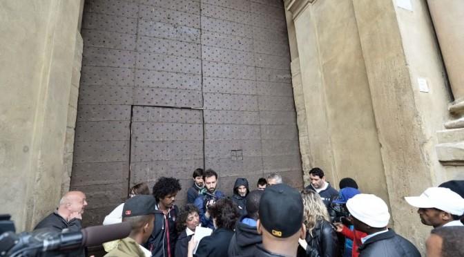 Comune PD non adotta un profugo: portone sbarrato a Bologna – FOTO