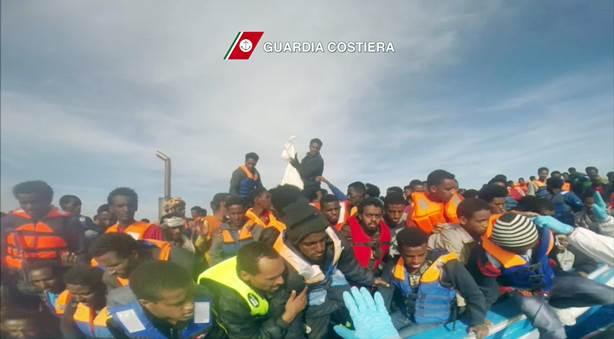 In un fermo immagine tratto da un video della Guardia Costiera un momento del salvataggio di 397 immigrati a bordo di un barcone, tratti in salvo da Nave Fiorillo della Guardia Costiera, nell?ambito dei 17 soccorsi che hanno portato complessivamente al salvataggio di 3690 persone, 2 maggio 2015. ANSA/ GUARDIA COSTIERA  ++HO - NO SALES EDITORIAL USE ONLY++