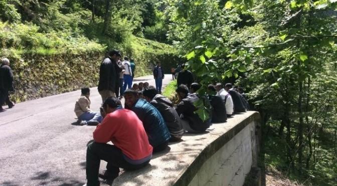 """Profughi bloccano strada: """"La montagna ci ha annoiato, vogliamo cambiare hotel"""" – FOTO"""