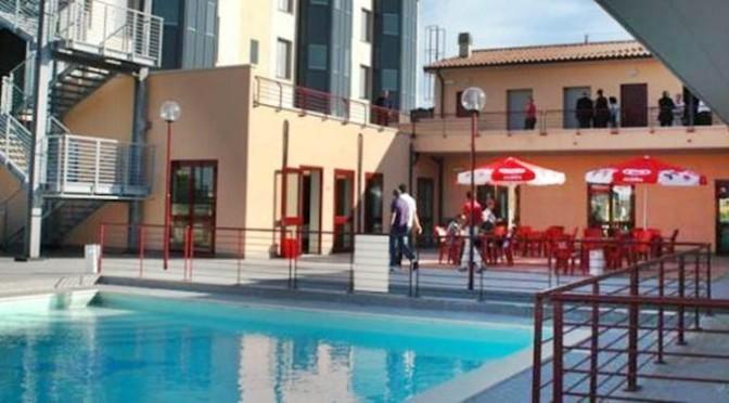 Renzi trasforma Hotel con 3 piscine in centro profughi