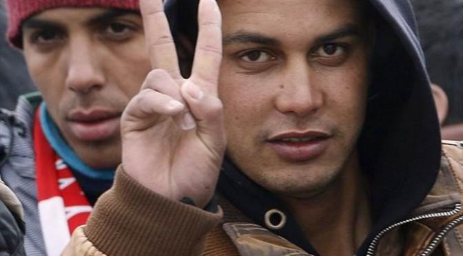 La presa in giro del terrorista marocchino appena sbarcato – FOTO