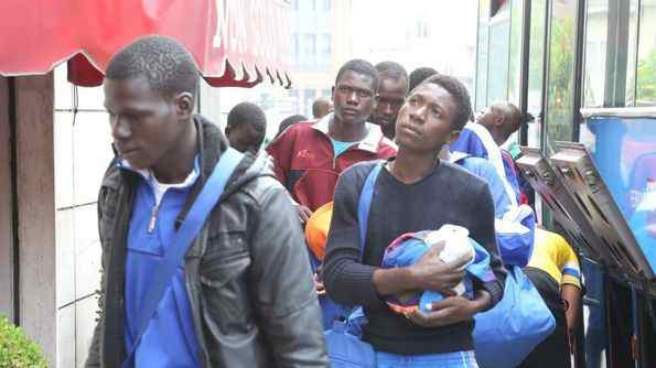 Arrivano i profughi nel quartiere: negozi chiudono e passanti cambiano strada