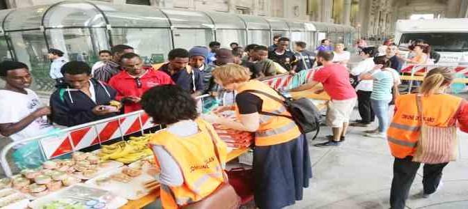 Milano: 'volontari' rifiutano cibo a senzatetto italiani, prima i profughi