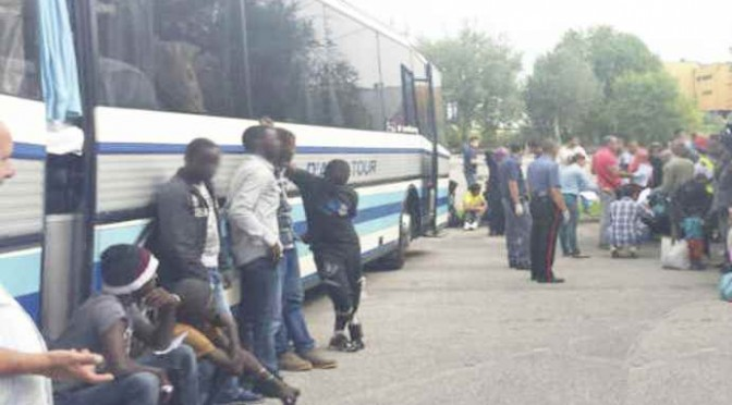 """Nigeriani scatenano la protesta: """"A Roma o ci uccidiamo"""""""