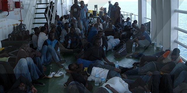 Renzi scarica 1.000 clandestini infetti in Sicilia e Calabria: in poche ore