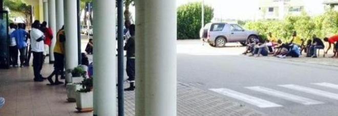 """Africani in fila per riscuotere lo stipendio da """"profugo"""" – FOTO"""