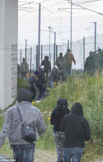 calais2AF1BA4600000578-3179285-Home_Secretary_Theresa_May_called_for_an_urgent_security_review_-a-16_1438241273635