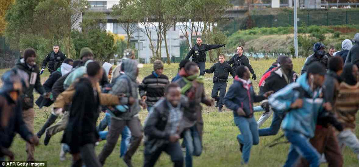 calais2AF3BD6700000578-3179285-Gang_mentality_The_migrants_are_overwhelming_police_as_they_rush-m-26_1438243616428