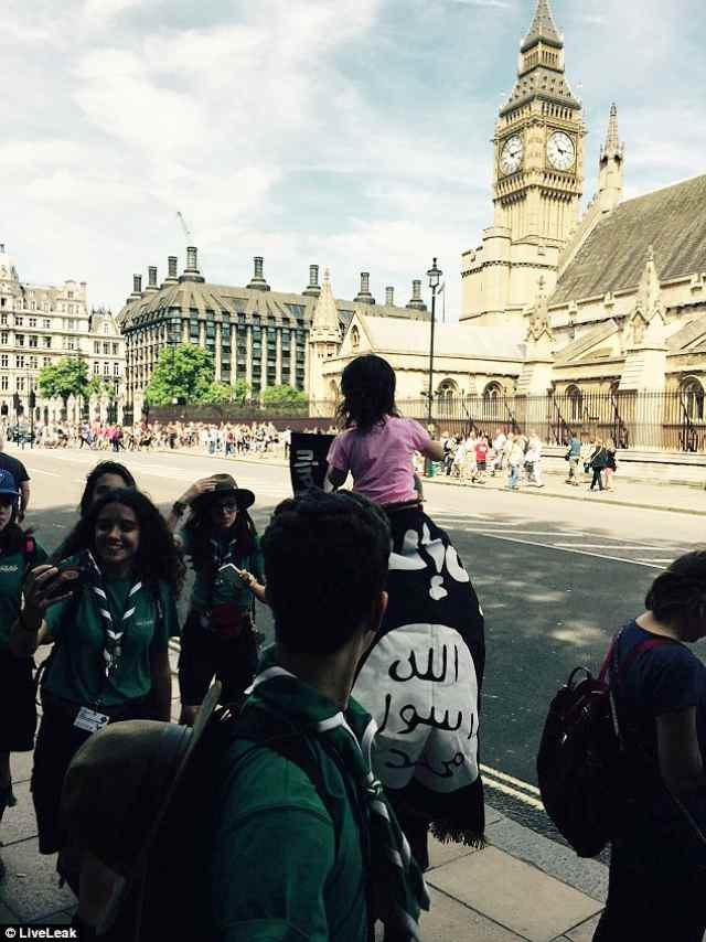 isislondra2A3FF2EE00000578-3150089-A_man_paraded_past_the_Houses_of_Parliament_draped_in_an_Islamic-a-80_1436109154253
