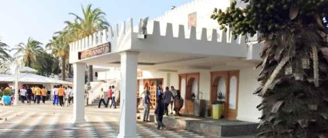 Arrivano 150 africani: cittadini assediano Grand Hotel