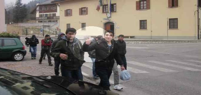 Arrivano 26 pakistani dall'Austria: dopo 2 ore già in hotel