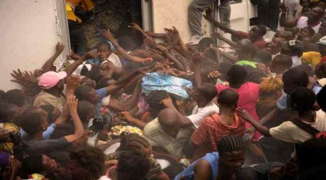 """Profughi scendono in piazza: """"Vogliamo Tv in camera!"""""""