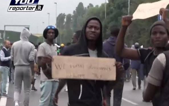 Finti profughi africani bloccano strada a Milano