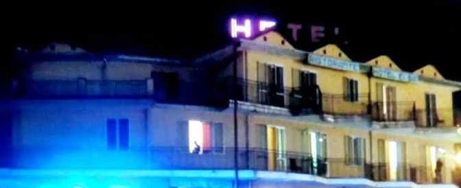 Rissa tra profughi in hotel: donna spedita in ospedale