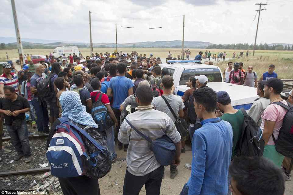 macedonia2B8A937600000578-3205764-Refugees_cut_the_railway_connection_between_Greece_and_Macedonia-a-25_1440145348418