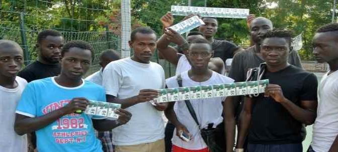 """Profughi protestano: """"Vogliamo soldi contanti, che schifo queste schede telefoniche"""""""