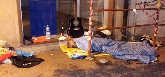 Cagliari: questo italiano vive per strada, africani in hotel