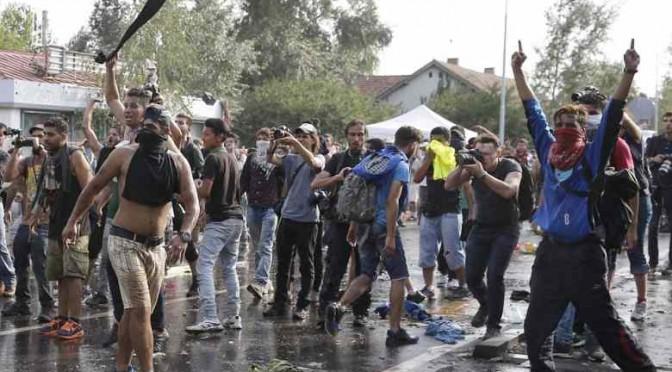 Ora i finti profughi islamici assaltano agenti croati – VIDEO