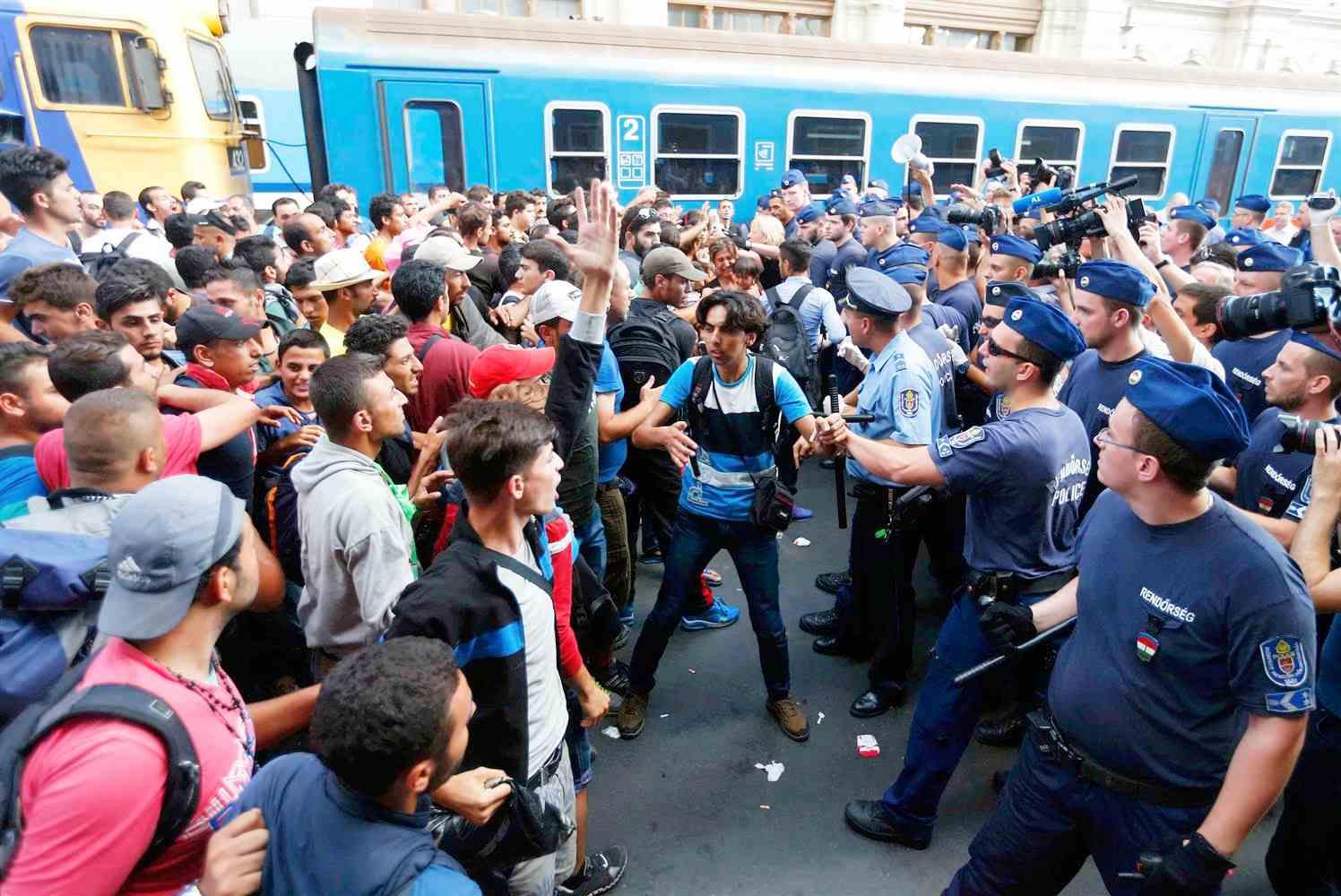 budapest150901-migrants-hungary-train-closure-jpo-4234_15c16bff08a8ea42045b70d3f3eb4117.nbcnews-ux-2880-1000