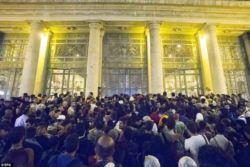 budapest2BDD9C6700000578-3217584-Crowds_Hundreds_of_migrants_waited_to_board_trains_at_Keleti_Rai-a-46_1441106121161