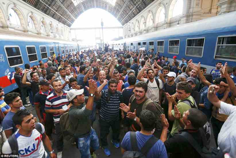 budapest2BDDDEC500000578-3217584-In_total_1_000_migrants_are_still_at_the_Budapest_railway_statio-a-61_1441106121617