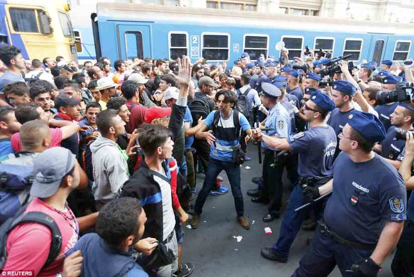 budapest2BDDE2FF00000578-3217584-Evacuation_Migrants_come_face_to_face_with_police_after_being_to-a-62_1441106121635