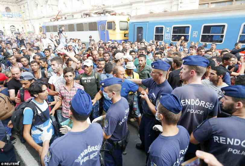 budapest2BDDE43700000578-3217584-Migrants_and_police_pictured_at_Keleti_railway_station_in_Budape-a-60_1441106121609